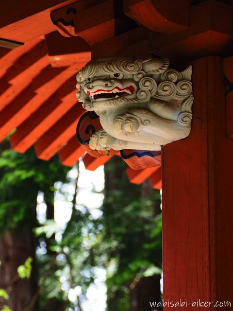 東光寺本堂の獅子 左側
