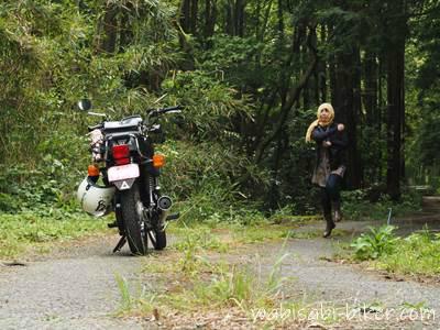 バイクと女性ライダー