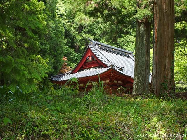 林道から見る東光寺本堂