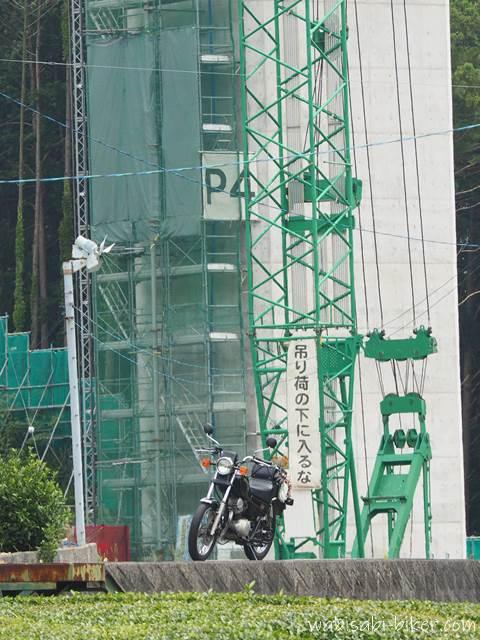 工事中の橋とオートバイ