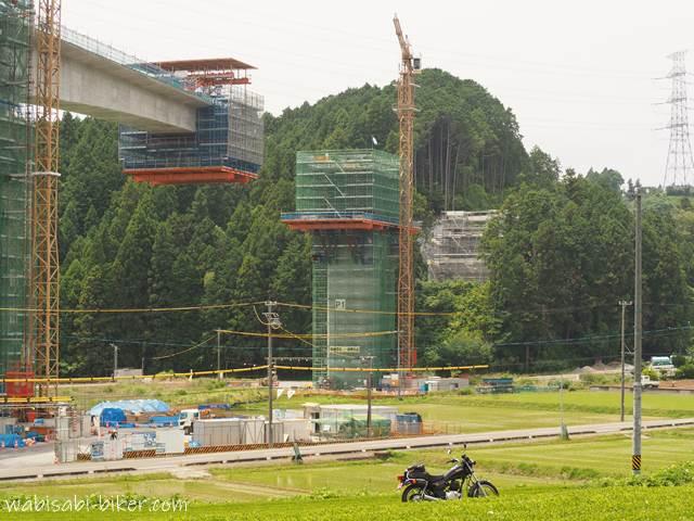 工事中の橋とバイク