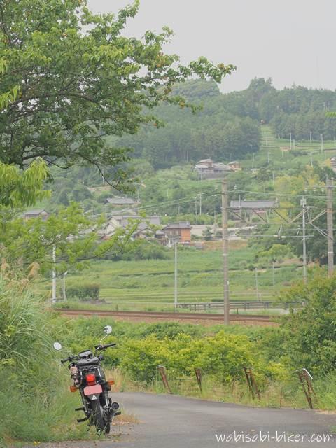 梅の木とオートバイと線路