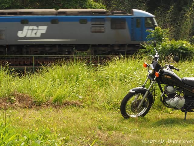 オートバイと貨物列車