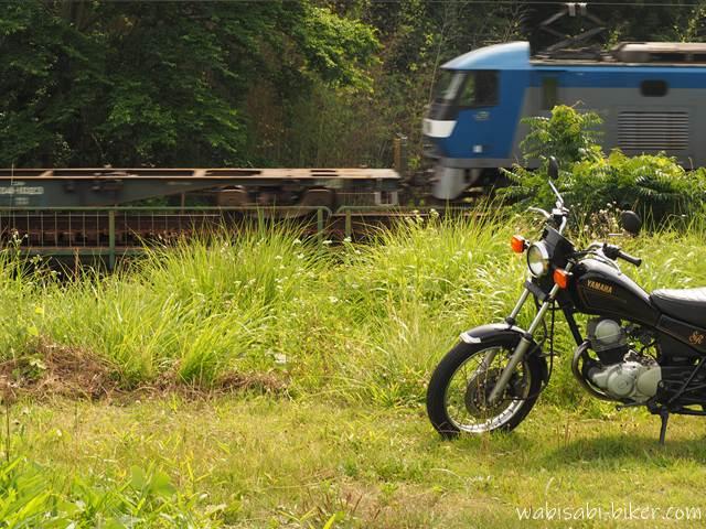 貨物列車とオートバイ