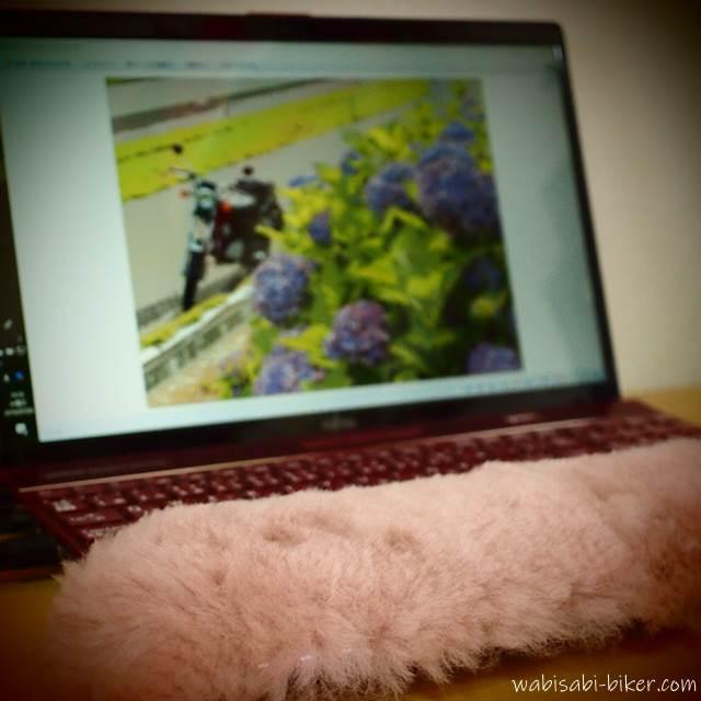 ノートパソコンとバイク写真