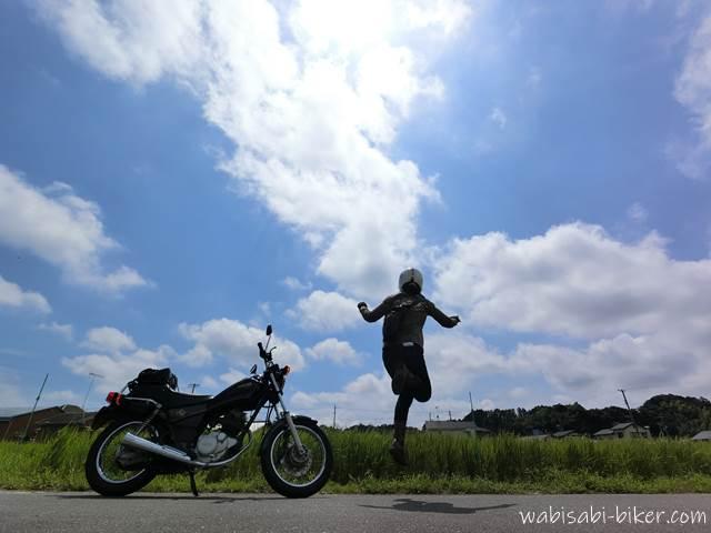 オートバイとジャンプ写真