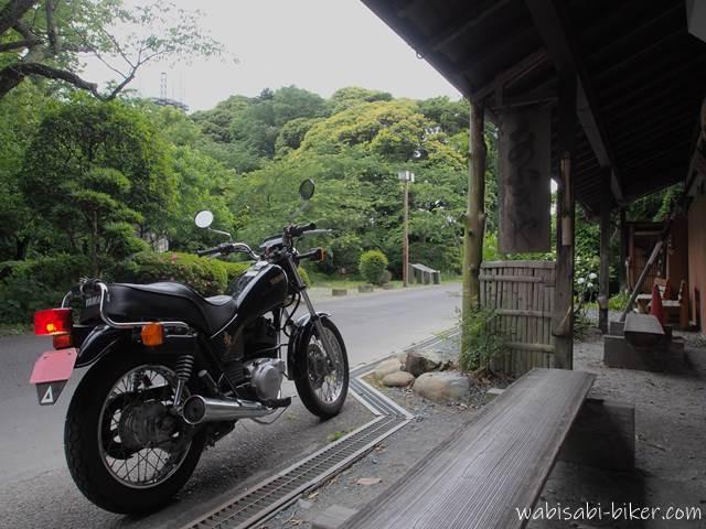 子育飴の扇屋とオートバイ