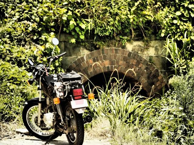 オートバイとレンガアーチ橋