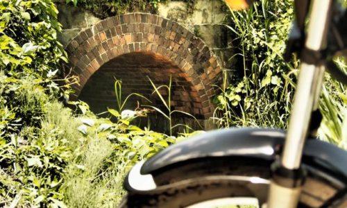 レンガアーチとオートバイ