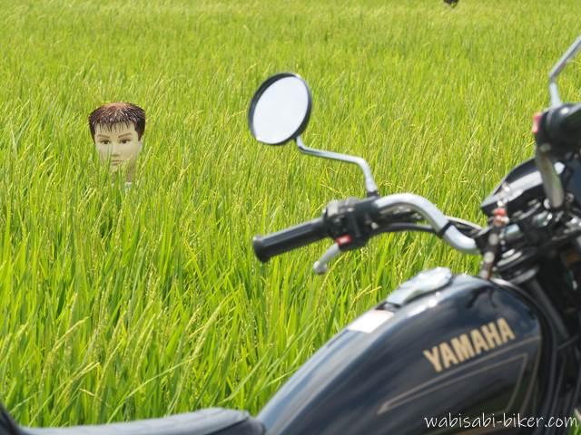 オートバイと首だけ案山子