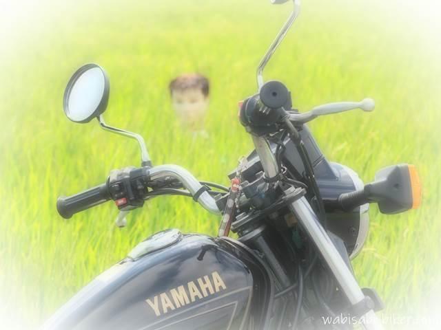 オートバイと首だけカカシ