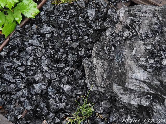雨に濡れた石炭