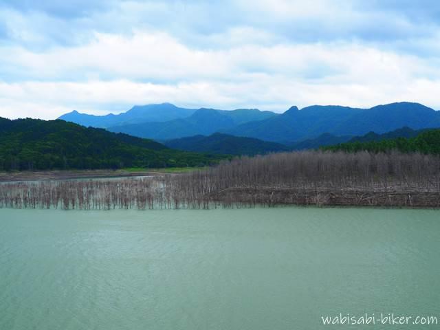シューパロ湖と夕張山地