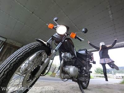ガード下でオートバイと自分撮り