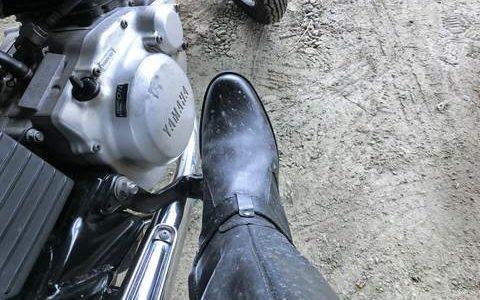 雨降りバイク乗車で汚れたブーツ