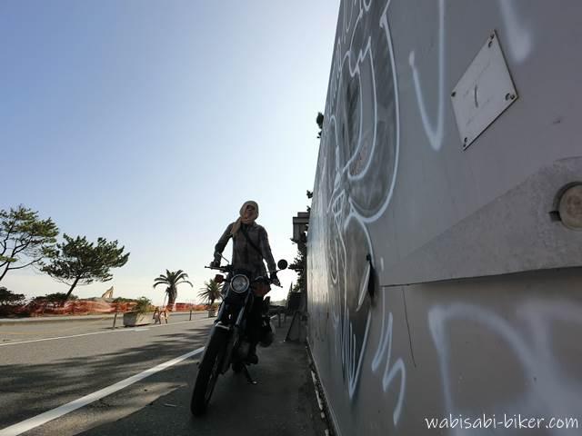 防潮扉とオートバイと自分撮り