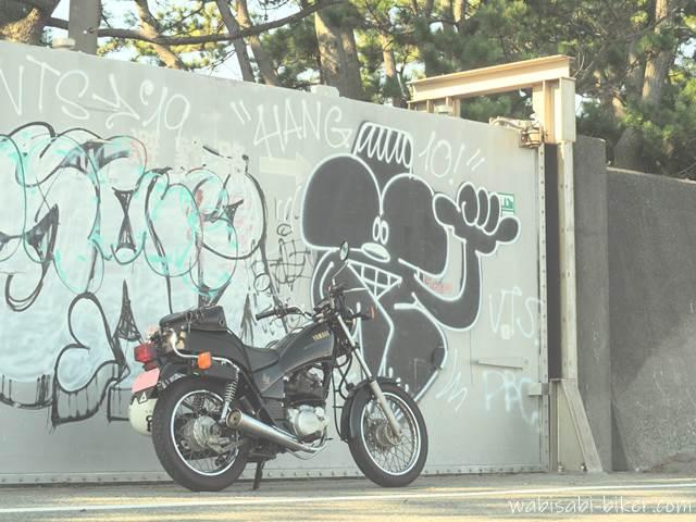 防潮扉とオートバイ