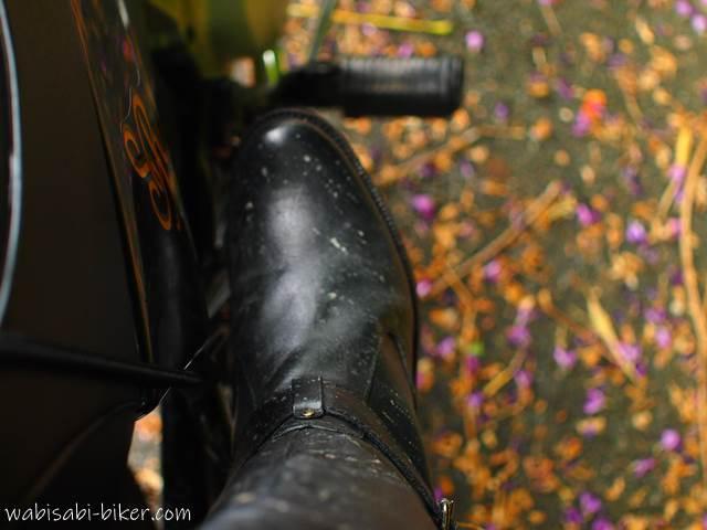 雨で汚れたブーツと落花したクズの花びら