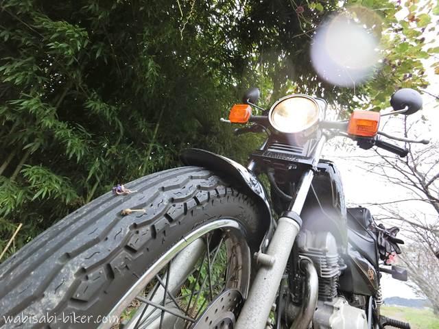 雨粒とオートバイ