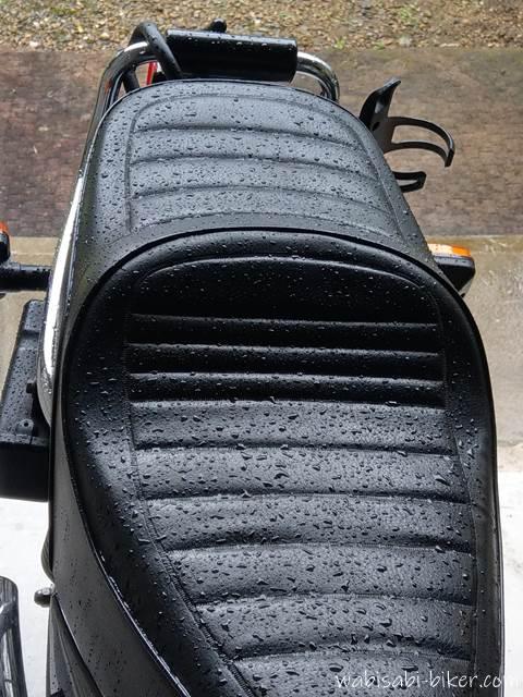雨で濡れたオートバイのシート