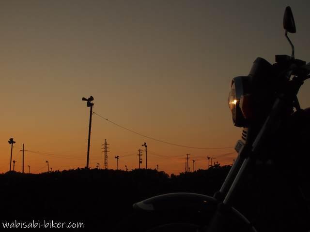 茶畑のマジックアワーとオートバイ