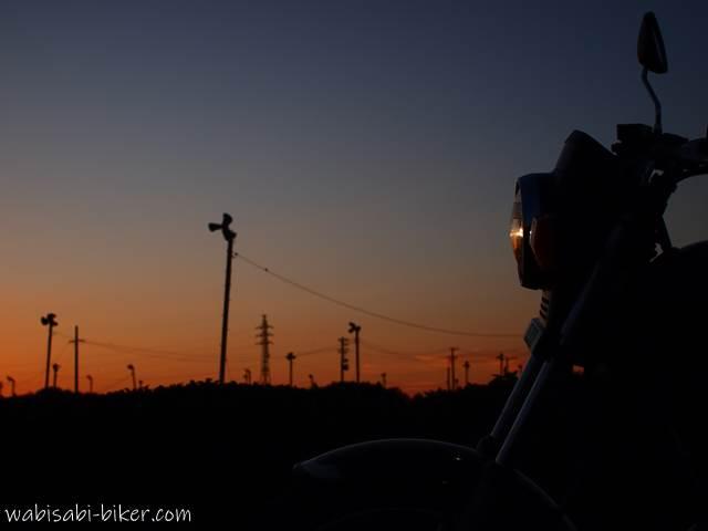 茶畑のブルーアワーとオートバイ