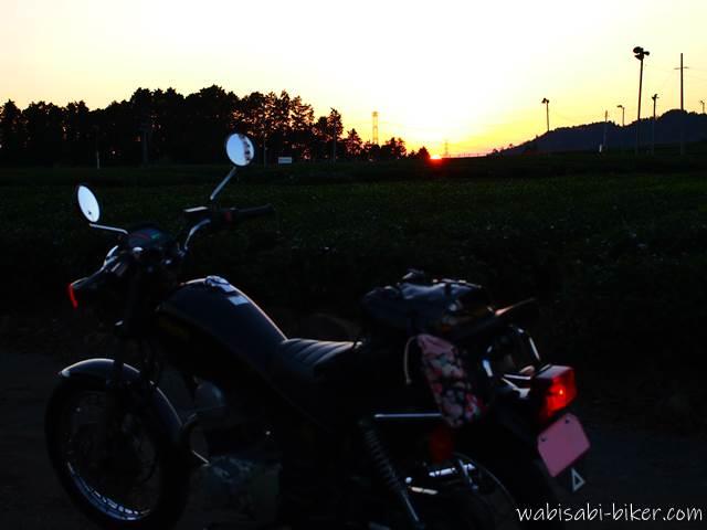 沈む夕日とオートバイ
