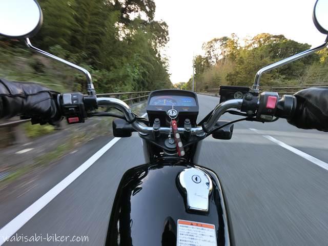 走行中のオートバイ