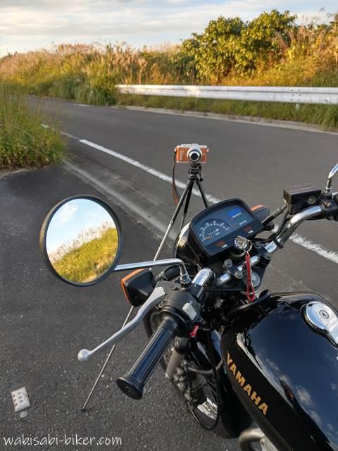 オートバイと三脚とカメラ