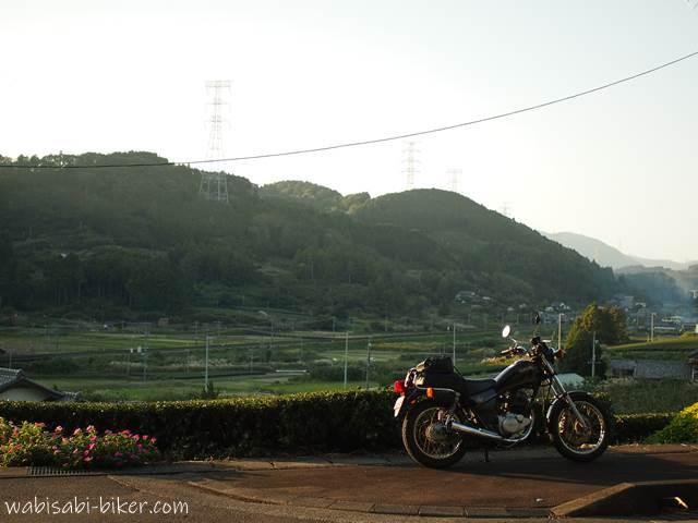 里山の夕陽とオートバイ