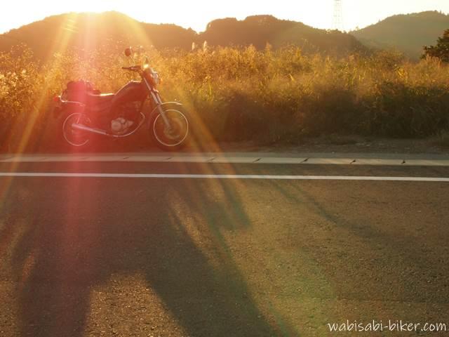 夕日を浴びるオートバイ