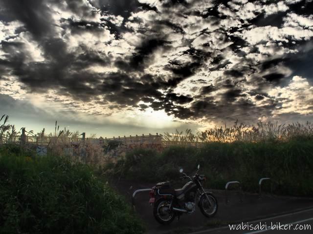 秋の夕空とオートバイ