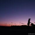 マジックアワーの茶畑でバイク写真撮影(自撮り)