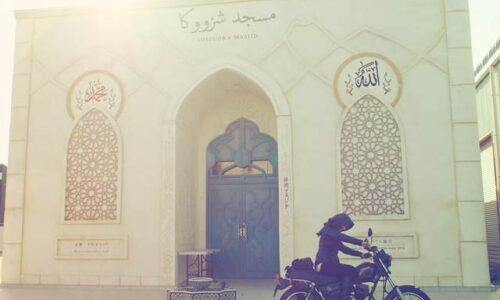 モスクと女性ライダー
