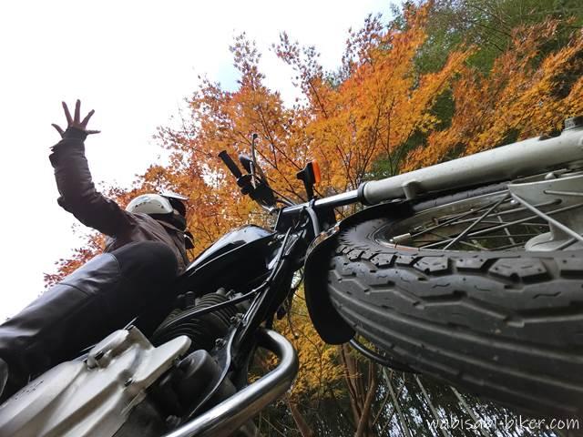 手のひら紅葉とオートバイ