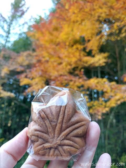 もみじ饅頭と冬紅葉
