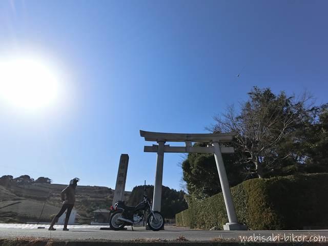 鳥居とオートバイと女性ライダー