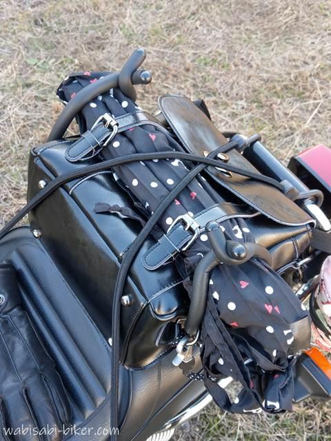 三脚を積載したオートバイ