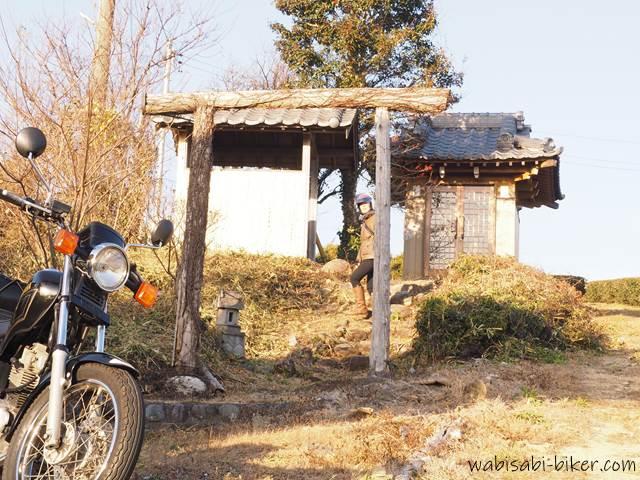 名もなき鳥居でオートバイと自撮り