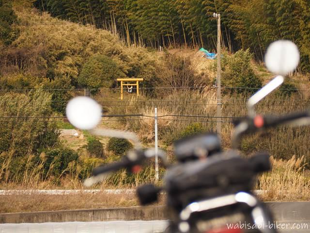黄色い鳥居とオートバイ