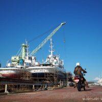バイク写真自撮り 造船所とオートバイ