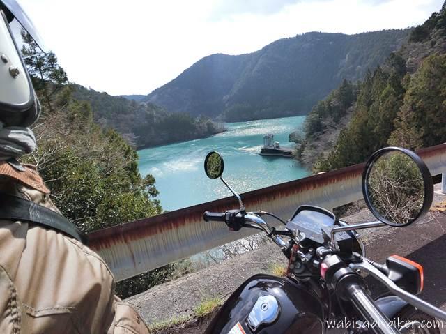 笹間川ダム湖とオートバイ 自撮り