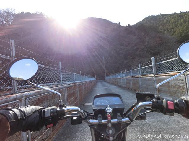 笹間川ダムの天端とオートバイ