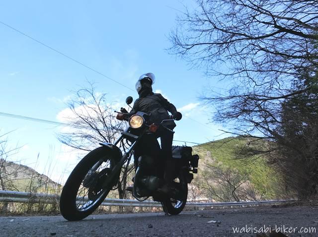 山の日陰でオートバイと自撮り