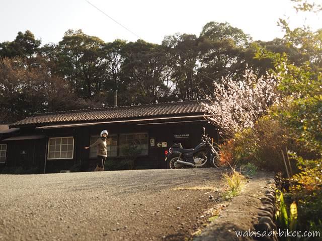 無人駅とオートバイと自撮り