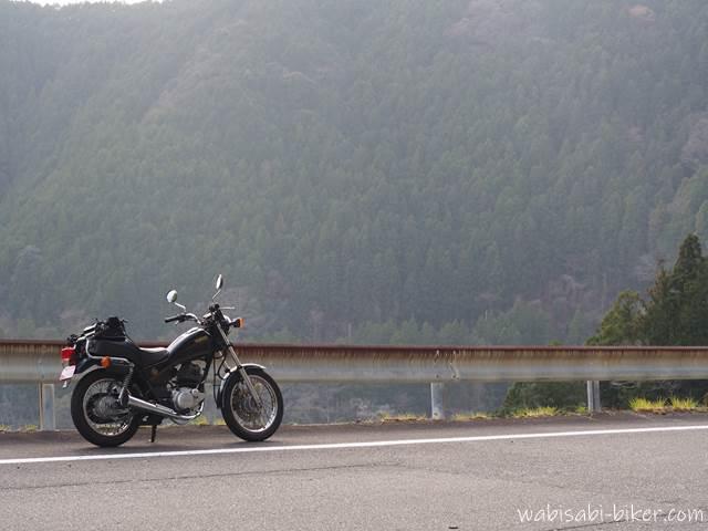 山とオートバイ