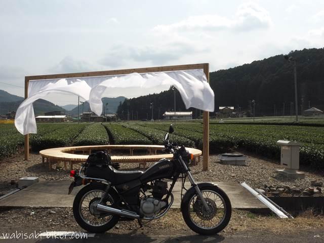 ちゃばらのカーテン 屋外アートとオートバイ