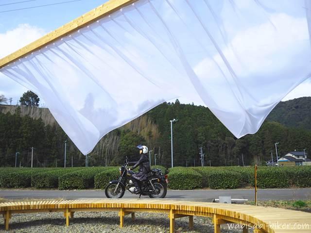 ちゃばらのカーテン 屋外アートとオートバイ 自撮り
