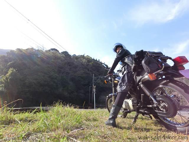 踏切でオートバイと自撮り