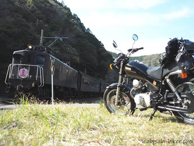 電気機関車 ELさくら号とオートバイ